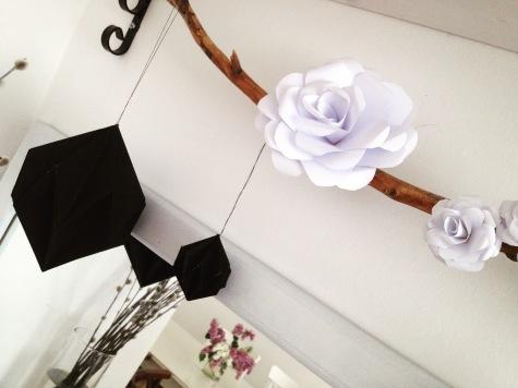 dekoracja komody papierowe kwiaty i diamenty origami