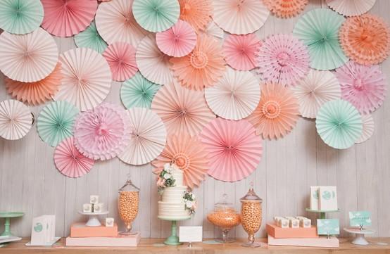 dekoracja z papierowych rozet