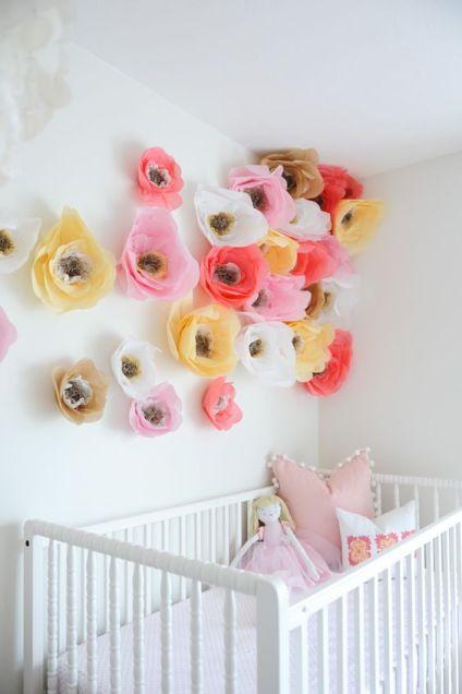 kolorowe kwiaty nad łóżeczkiem