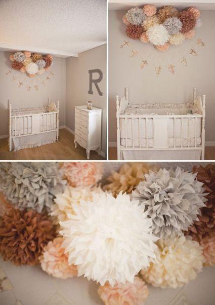 kwiaty z bibuły nad łóżeczkiem brązy