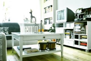 Salon z paskudną zabudową katronowo-gipsową w tle