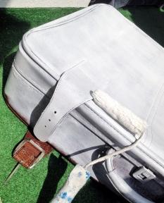 metamorfoza starej walizki druga warstwa farby