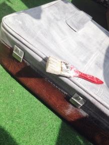 metamorfoza starej walizki po pierwszej warstwie farby