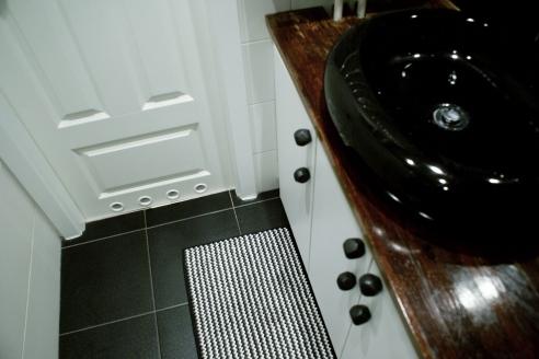Czarne, geometryczne gałki w łazience