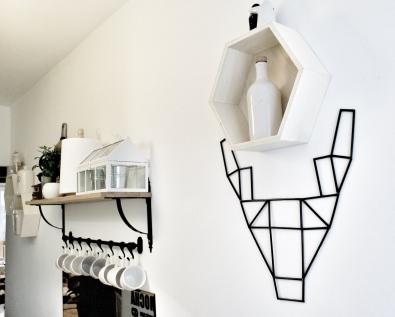 Geometryczny jeleń wisi w kuchni