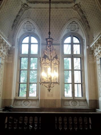 Wielkie, półokrągłe okna w pałacu pszczyńskim