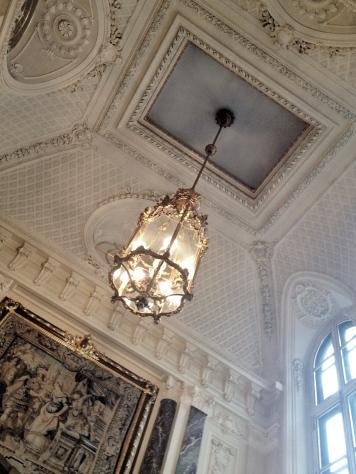 Przepiękny abażur i bogato zdobiony sufit