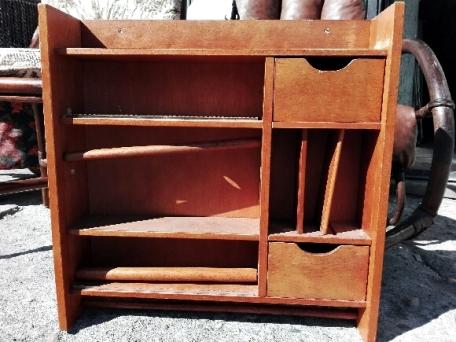Półka na przyprawy, która miała się zamienić w dziecięcą kuchenkę