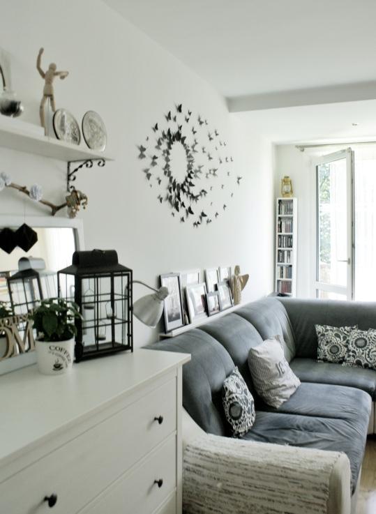 jasny salon w bloku w stylu skandynawskim dekoracja komody.jpg