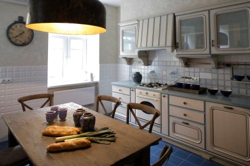 niebieska podłoga w kuchni.jpg